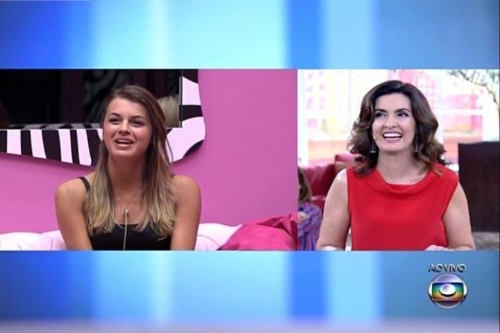 """1º.abril.2014 - Fátima Bernardes conversa com Angela. A apresentadora brincou com as sisters, ao dizer que o """"BBB14"""" não terminaria hoje"""