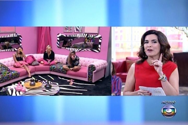 """1º.abril.2014 - Fátima Bernardes conversa com as finalistas Angela, Vanessa e Clara. A apresentadora brincou com as sisters, ao dizer que o """"BBB14"""" não terminaria hoje"""