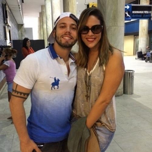 """1º.abril.2014 - Princy encontra João Almeida no aeroporto. Os dois estão no Rio de Janeiro para assistirem à final do """"BBB14"""" nos estúdios da Globo, no Projac"""