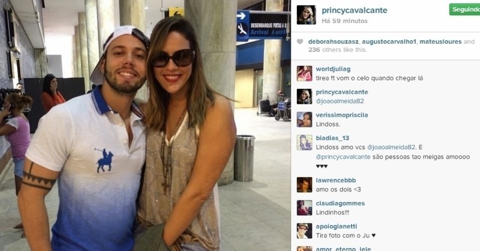 1º.abril.2014 - Princy encontra João Almeida no aeroporto. Os dois estão no Rio de Janeiro para assistirem à final do