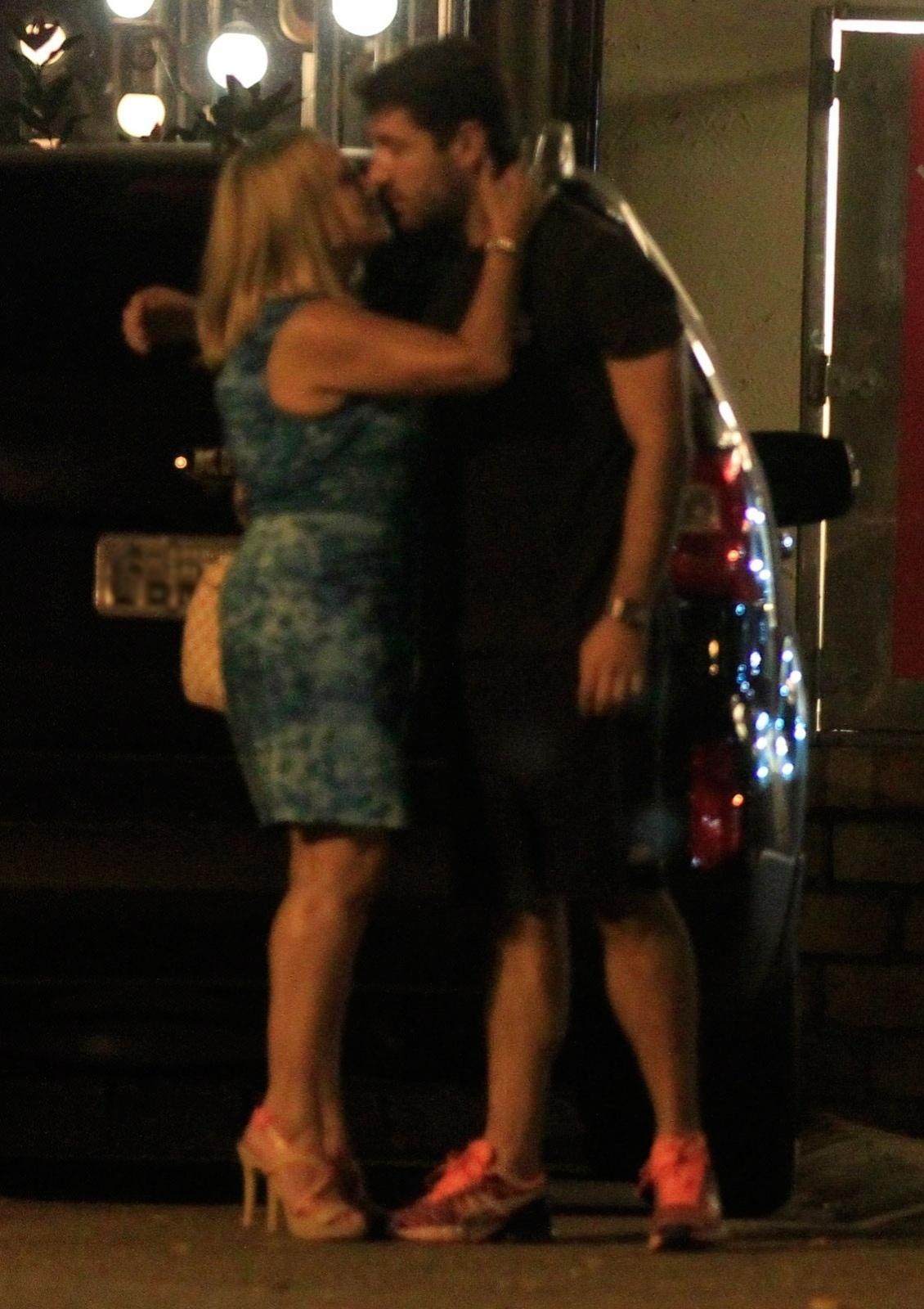 31.mar.2014 - A atriz Susana Vieira beija seu ex-namorado Sandro Pedroso na saída do Restaurante Porcão da Barra da Tijuca, Rio de Janeiro