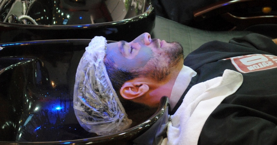31.mar.2014 - O ex-BBB Diego Grossi esteve em um salão de beleza masculino, no Rio, para cuidar do visual. Diego optou pelo serviço completo: limpeza de pele, barba, relaxamento e corte de cabelo