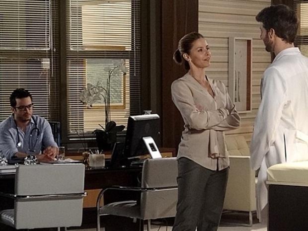 Felipe ouve a conversa de Silvia e Gabriel sobre casamento e fica arrasado