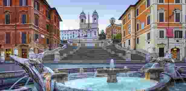 Piazza di Spagna - Roma, Itália: A Praça da Espanha é um dos principais pontos turísticos de Roma, capital italiana. Uma de suas marcas mais características é sua escadaria, construída de 1723 a 1726, com desenho dos arquitetos Francesco de Sanctis e Alessandro Specchi - Getty Images - Getty Images
