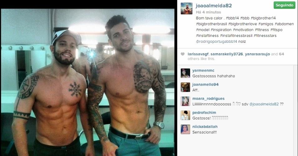 01.abr.2014 - Após o programa, João Almeida e Rodrigo posta sem camisa: