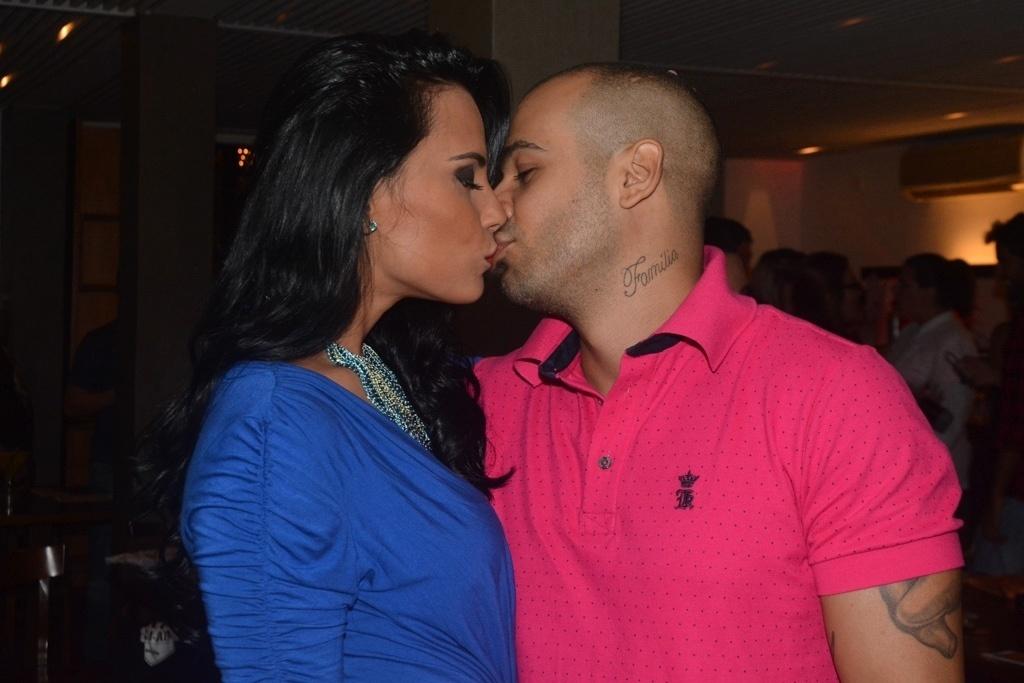 01.abr.2014 - Kelly Medeiros beija seu namorado durante a exibição da final do