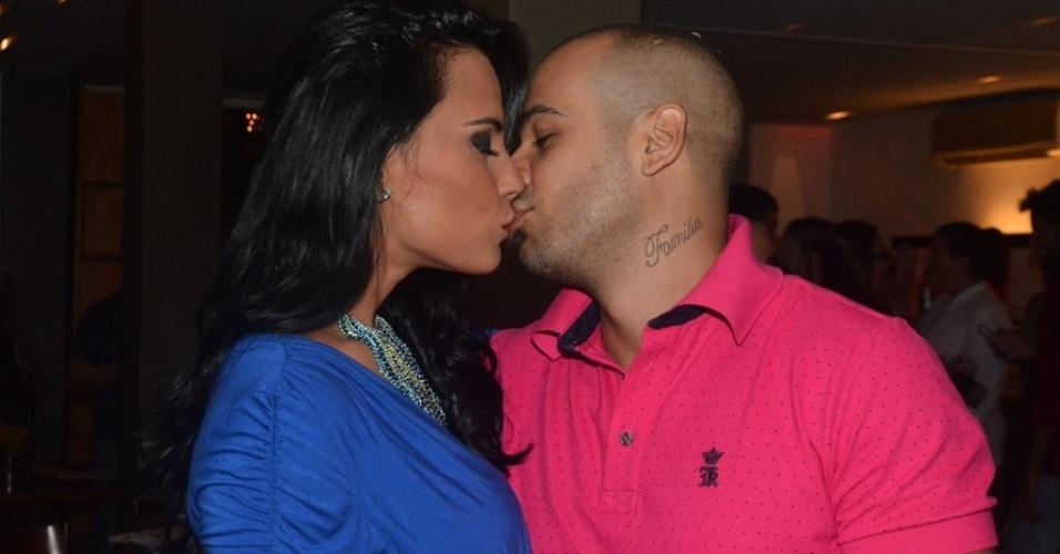 """01.abr.2014 - Kelly Medeiros beija seu namorado durante a exibição da final do """"Big Brother Brasil 14"""""""