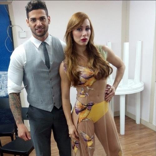 """01.abr.2014 - Rodrigo posta foto com Aline e escreve: """"Adorooo :)"""""""