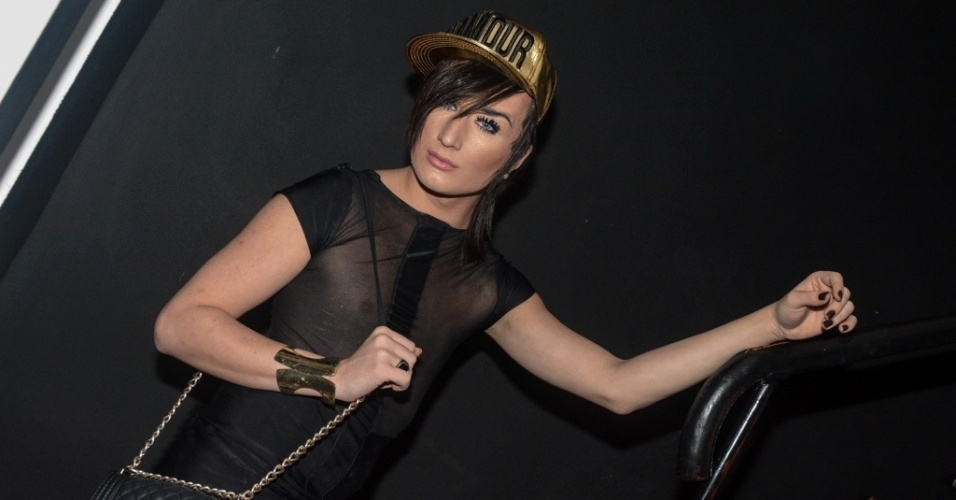 """01.abr.2014 - Serginho usa vestido preto para compor seu visual ousado na exibição da final do """"Big Brother Brasil 14"""""""