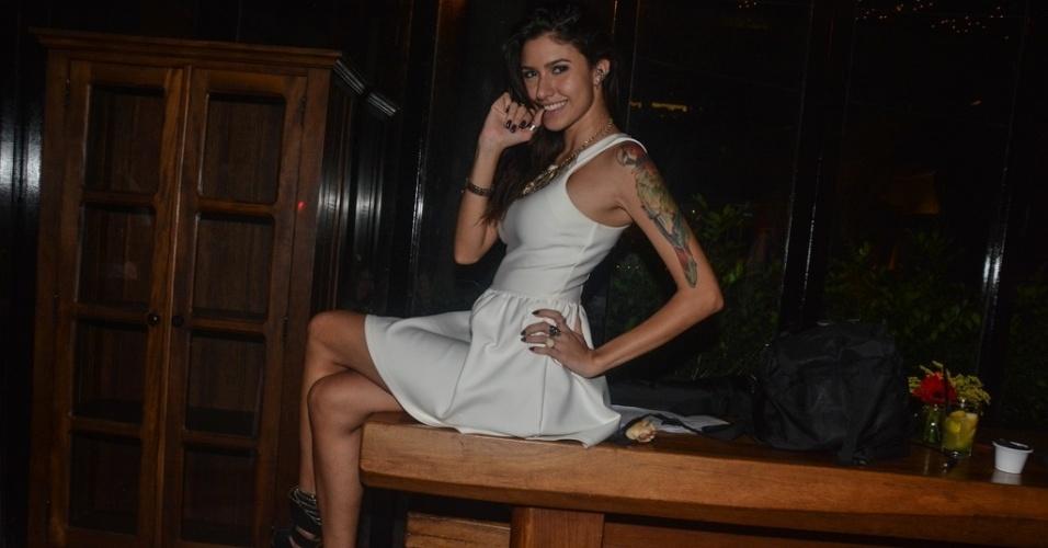 """01.abr.2014 - Tessália faz pose e sensualiza durante a exibição da final do """"Big Brother Brasil 14"""""""
