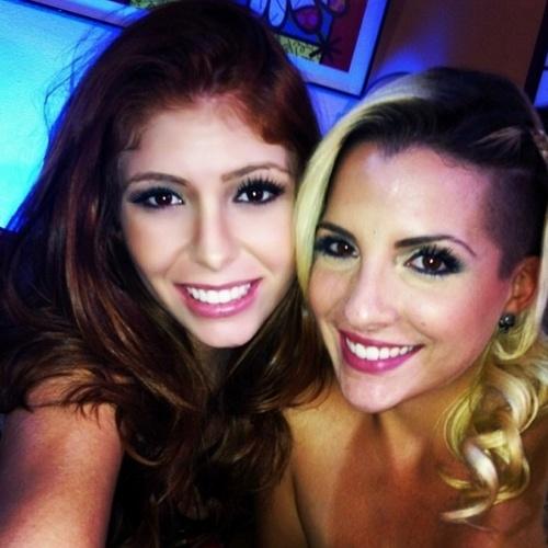 02.abr.2014 - Amanda aproveita a maratona de chats para postar foto com Clara