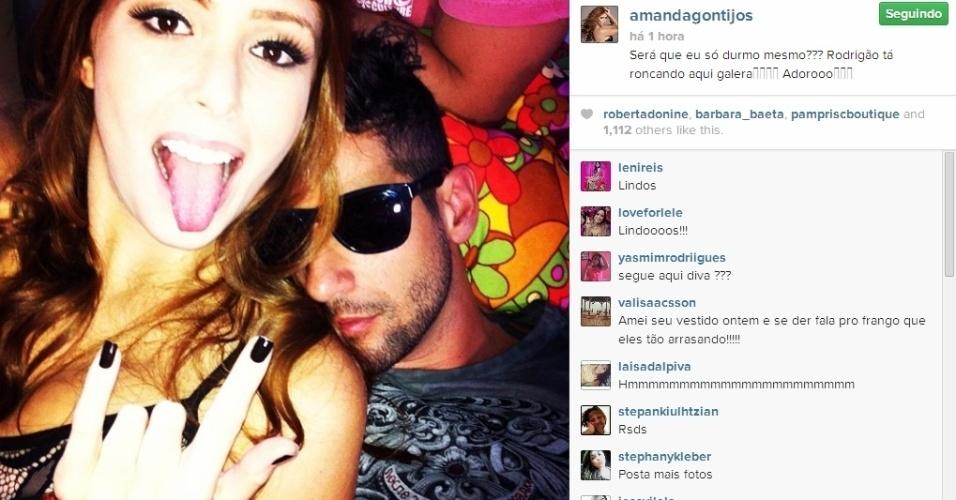 02.abr.2014 - Amanda posta foto de Rodrigo dormindo e brinca: