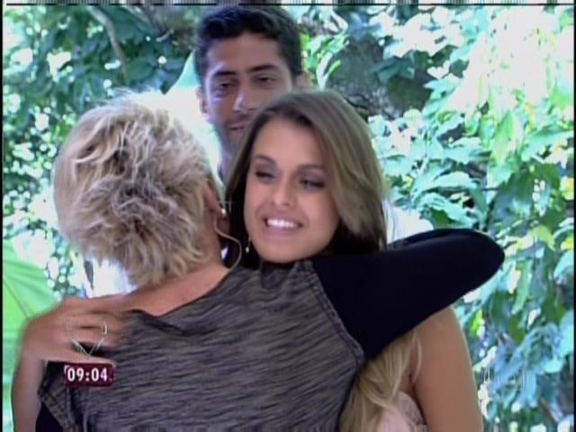 """02.abr.2014 - Ana Maria Braga recebe Angela, Clara e Marcelo no programa """"Mais Você"""""""
