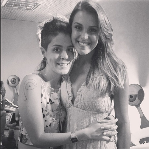 """02.abr.2014 - Bella posta foto ao lado de Angela: """"angel! ?? eu gosto dela e ela arrasou!"""""""