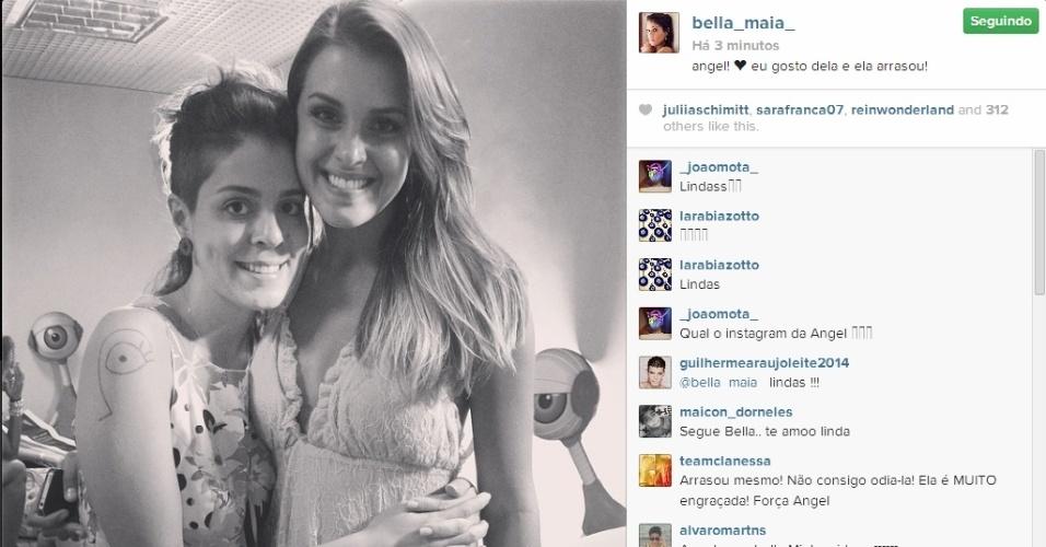 02.abr.2014 - Bella posta foto ao lado de Angela: