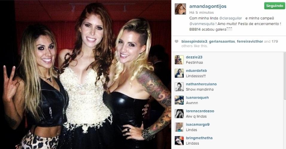 02.abr.2014 - Clara e Vanessa chegam para a festa do