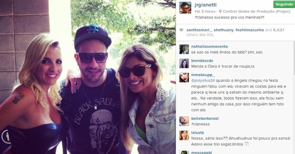 02.abr.2014 - Junior posta foto com Clara e Vanessa.