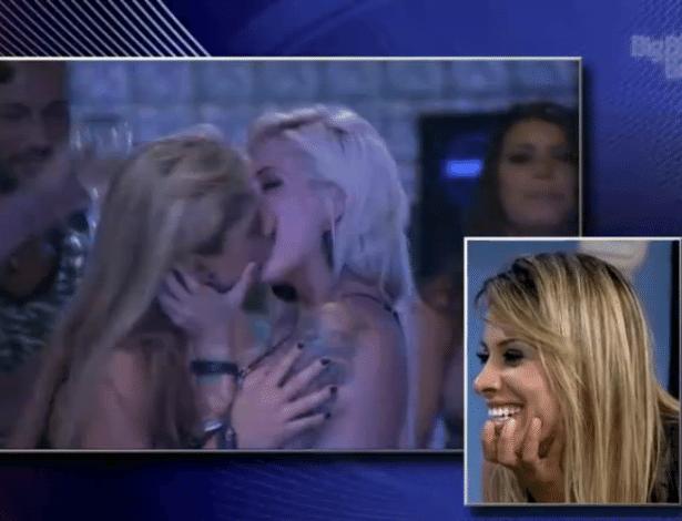 """02.abr.2014 - Vanessa se diverte ao assistir seus beijos em Clara durante os 78 dias de confinamento no """"BBB14"""""""