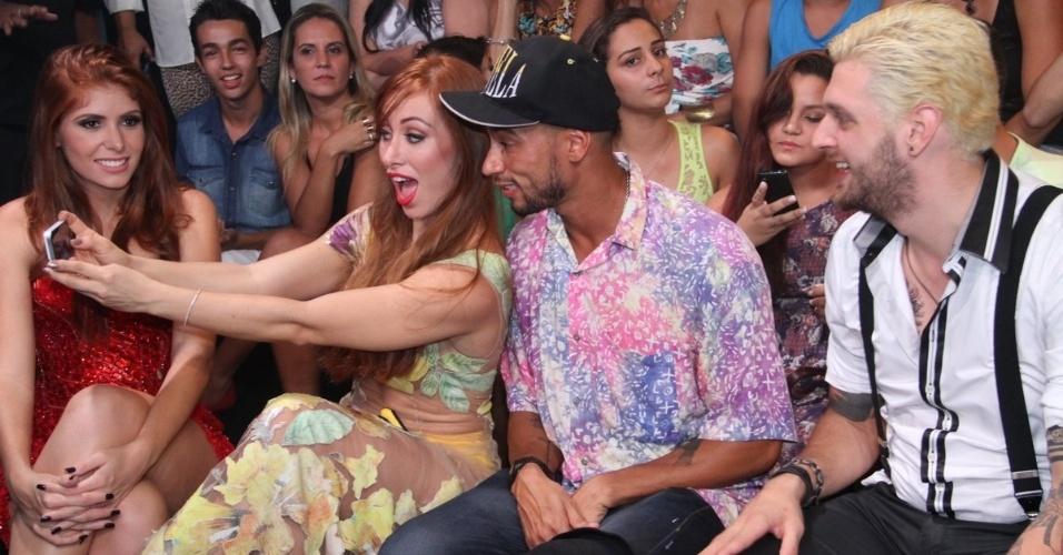 """1.abr.2014 - Eliminados do """"BBB14"""" prestigiam a final da edição; Aline faz uma selfie ao lado de Valter Slim"""