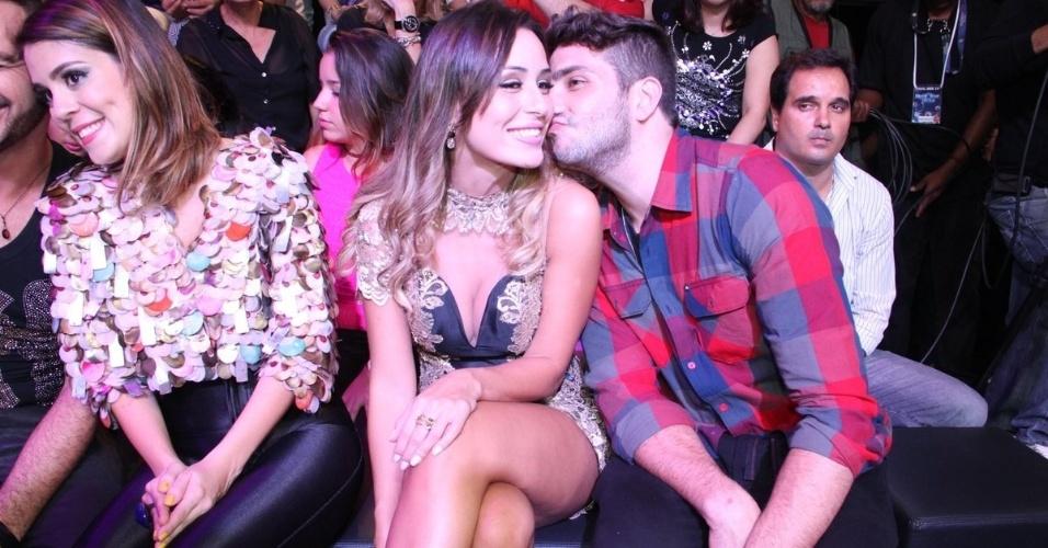 """1.abr.2014 - Eliminados do """"BBB14"""" também comparecem à final; na imagem, em destaque, Junior beija o rosto de Letícia"""