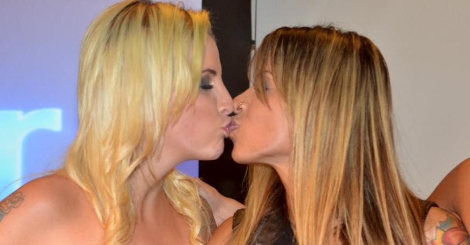 1.abr.2014 - Finalistas, Clara, Angela e Vanessa participam da coletiva de imprensa no Projac, central de estúdios da TV Globo; no fim, Clara e Vanessa se beijam