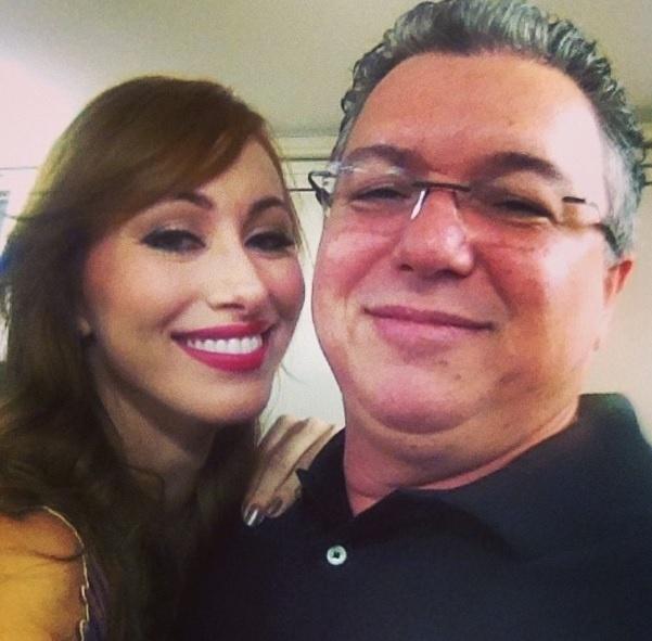 """1.abr.2014 - Nem o """"Big Boss"""" Boninho escapou de uma foto no estilo selfie com a ex-BBB Aline"""
