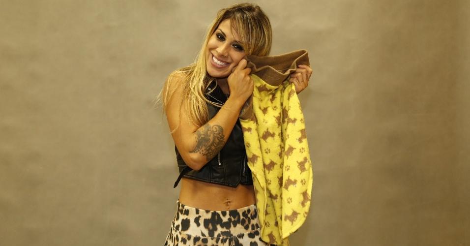 "1.abr.2014 - Vanessa Mesquita, vencedora do ""BBB14"", mostra roupa de cachorro que levou para o confinamento"