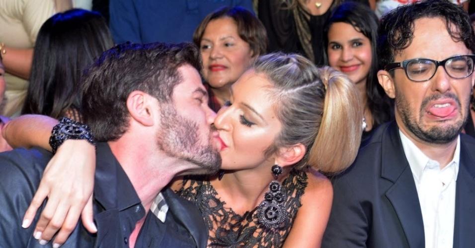 """1.abr.20144 - Roni e Tatiele se beijam nos bastidores da final do """"BBB14""""; ao lado, Alisson faz cara de nojo"""