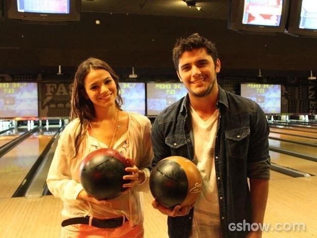2.abr.2014 - Bruna Marquezine e Bruno Gissoni gravaram cenas onde Luiza e André, seus personagens, se divertem jogando boliche