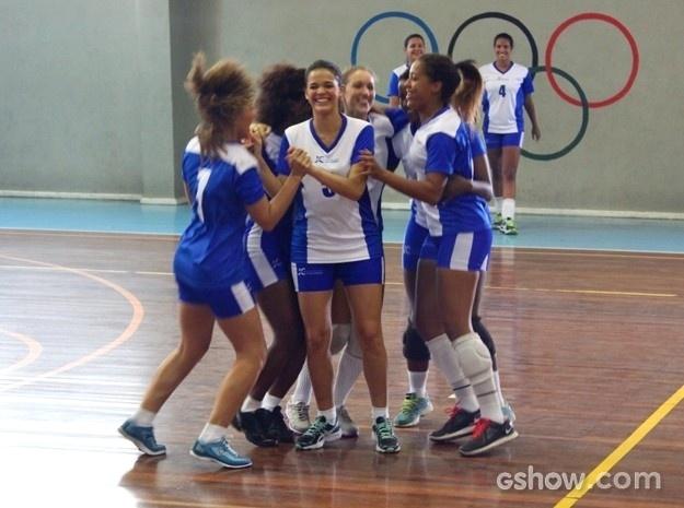 """2.abr.2014 - Bruna Marquezine gravou cenas de """"Em Família"""" onde Luiza joga vôlei com amigas"""