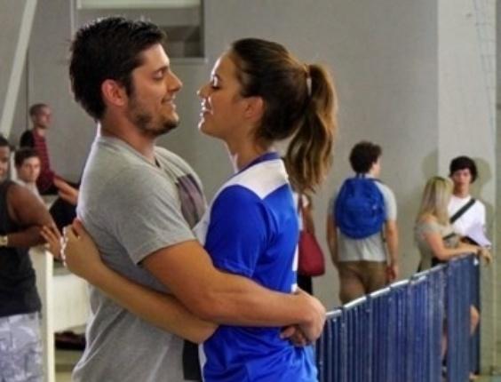 """2.abr.2014 - Bruna Marquezine gravou cenas de """"Em Família"""" onde Luiza joga vôlei com amigas. Bruno Gissoni participou da gravação"""