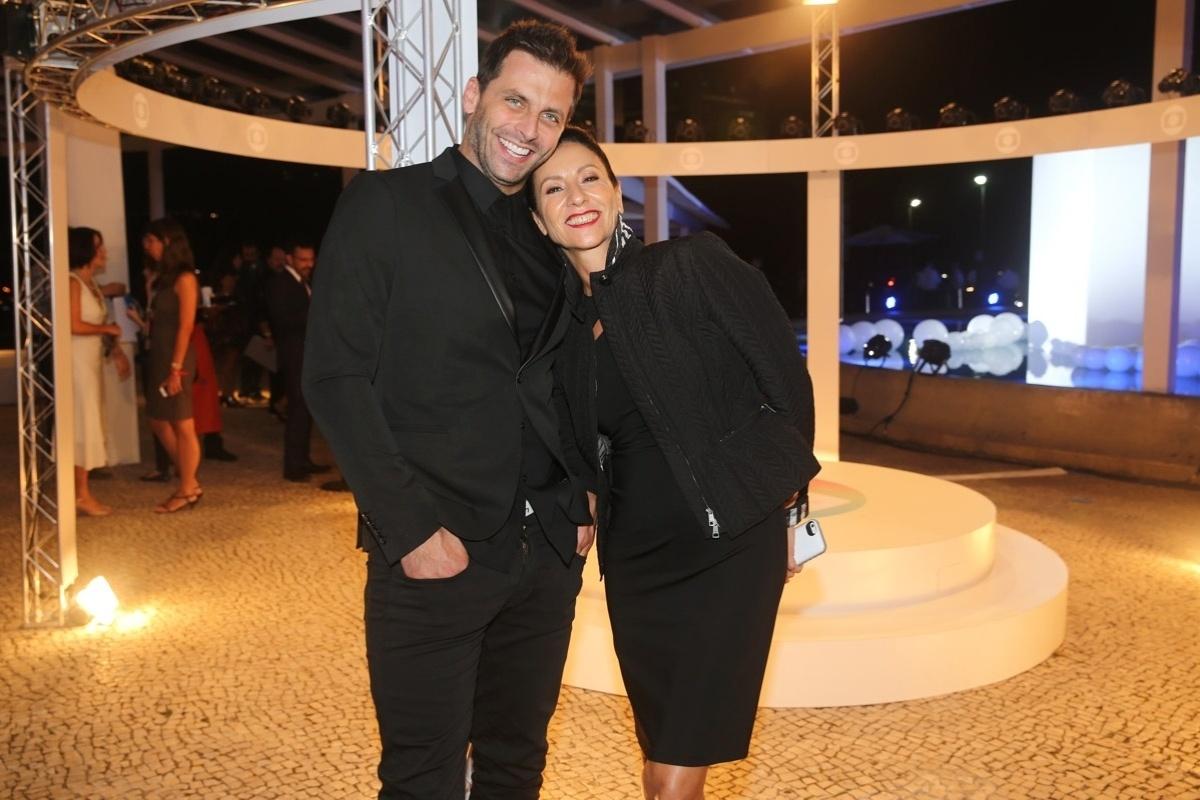 2.abr.2014 - Cássia Kis Magro e Henri Castelli prestigiaram a