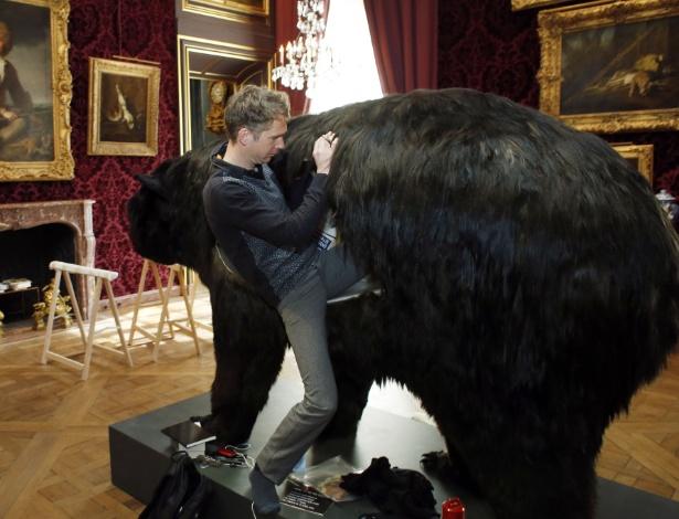 O artista francês Abraham Poincheval entra no urso falso em que passará 13 dias para uma performance no Museu da Caça e da Vida Selvagem, em Paris - Thomas Samson/AFP Photo