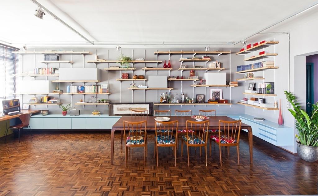 A estante apoiada por cremalheiras e formada por prateleiras de madeira concedeu leveza visual à sala de jantar, apesar de sua dimensão generosa. A parte inferior do móvel, que ocupa duas paredes, possui gavetões em toda a extensão. O apartamento RO tem projeto de reforma assinado pelo SuperLimão Studio