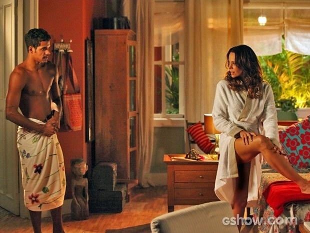 Juliana continua jogo de sedução com Jairo e pai de Bia não resiste