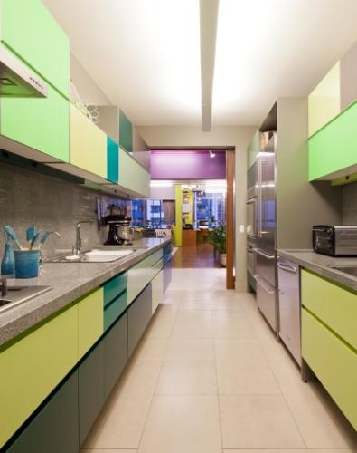 O verde, em várias tonalidades, foi a cor escolhida pela moradora para o revestimento das portas dos armários da cozinha, o que deu um clima alto astral ao espaço. A execução da marcenaria é da Securit. No ambientes, o piso em porcelanato se assemelha ao cimento queimado. O projeto de reforma do apartamento RO, em São Paulo, leva a assinatura do SuperLimão Studio. O projeto venceu o prêmio