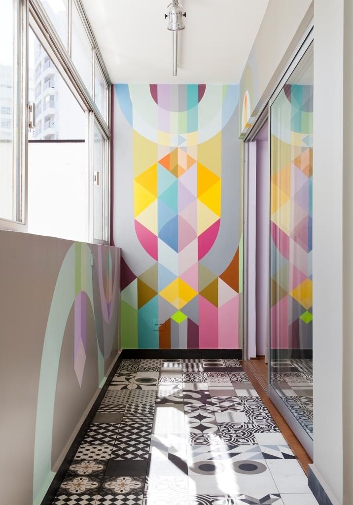 Para a varanda dos quartos, a proprietária escolheu ladrilho hidráulico em preto e branco em diversos padrões para o piso e um painel colorido que ocupa duas paredes, com grafite delicado criado pelo Nove (João Paulo Cobra). O projeto de reforma do apartamento RO, em São Paulo, ficou a cargo do SuperLimão Studio