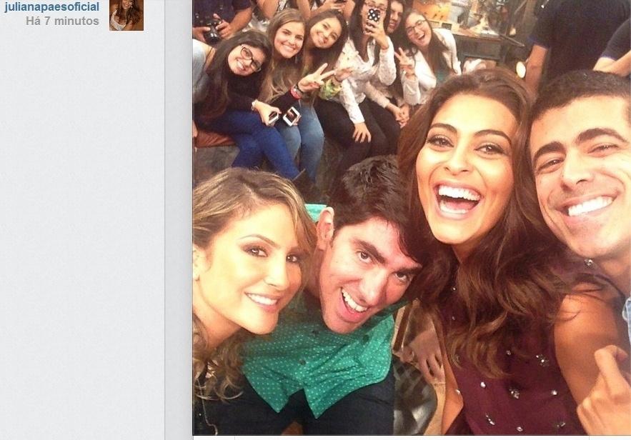 03.abr.2014- Juliana Paes faz selfie com Claudia Leitte, Marcelo Adnet e Marcius Mellhem nos bastidores do