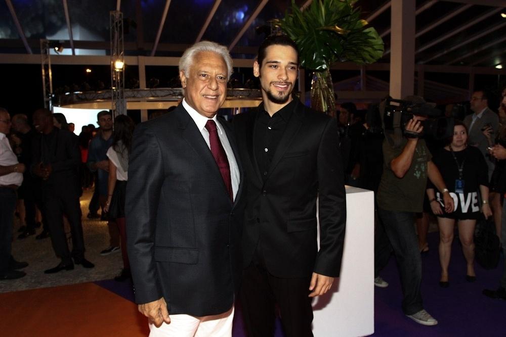2.abr.2014 - Antonio Fagundes posa ao lado do filho, Bruno, durante a gravação do