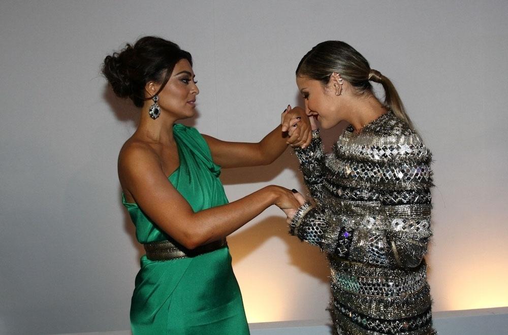 2.abr.2014 - Claudia Leitte beija a mão de Juliana Paes durante a gravação do