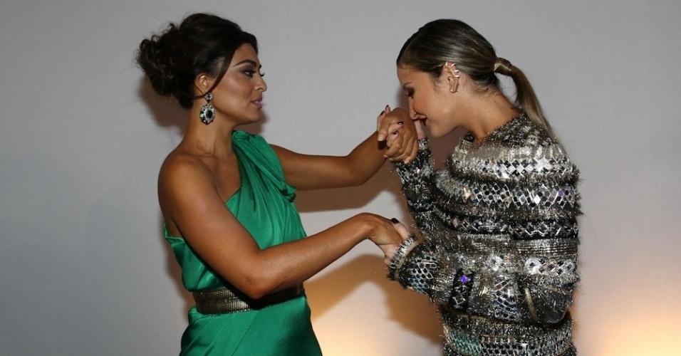 """2.abr.2014 - Claudia Leitte beija a mão de Juliana Paes durante a gravação do """"vem_aí"""", da Globo, em São Paulo"""
