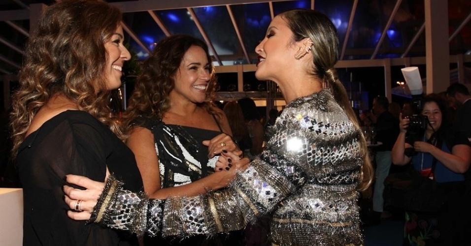 """2.abr.2014 - Claudia Leitte fala com Daniela Mercury e Malu Verçosa durante a gravação do """"vem_aí"""", da Globo, em São Paulo"""