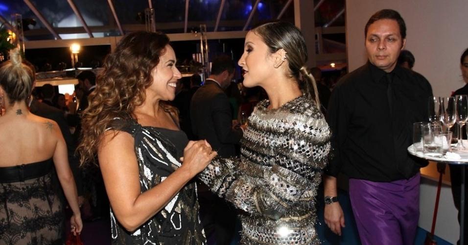 """2.abr.2014 - Daniela Mercury conversa com Claudia Leitte durante a gravação do """"vem_aí"""", da Globo, em São Paulo"""