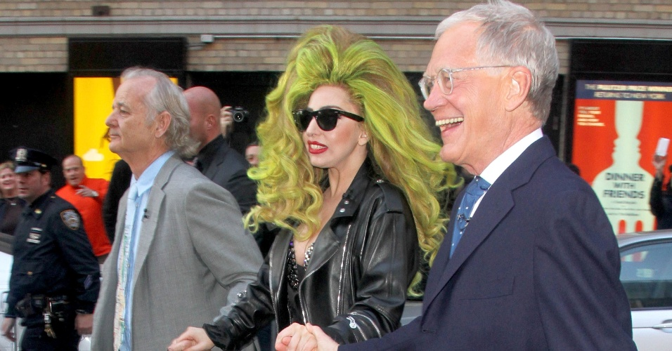 2.abr.2014 - De calcinha, sutiã e jaqueta, Lady Gaga anda por rua de Nova York de mãos dadas com o ator Bill Murray e o apresentador David Letterman. A cantora apareceu com os dois após gravar uma participação no