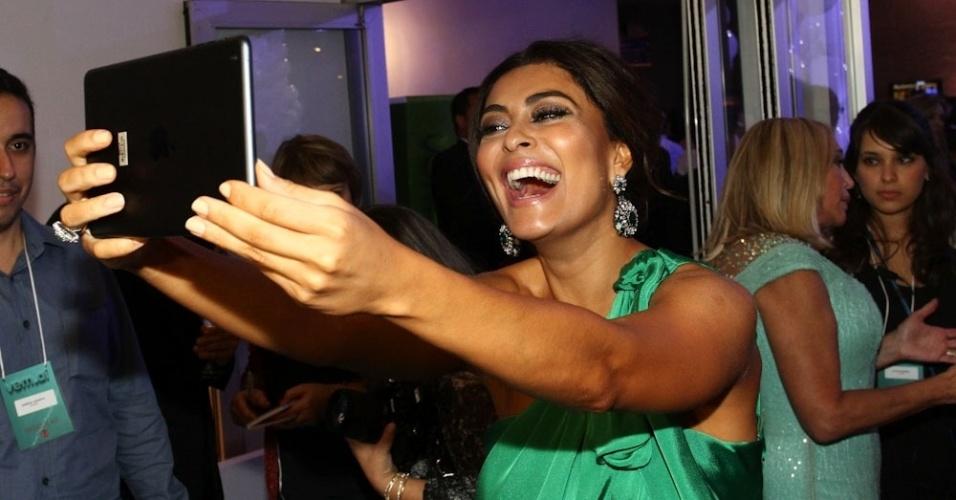 """2.abr.2014 - Juliana Paes tira selfie com tablet durante a gravação do """"vem_aí"""", da Globo, em São Paulo"""