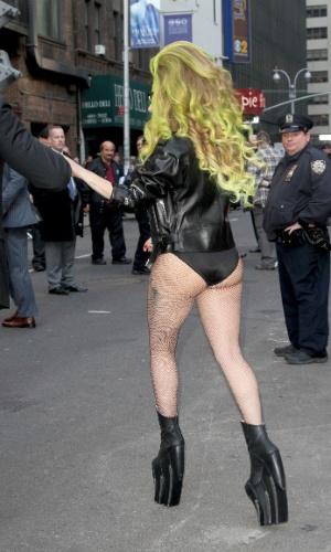 2.abr.2014 - Lady Gaga anda em Nova York usando apenas calcinha sutiã e jaqueta, depois de ter gravado uma participação no talk show