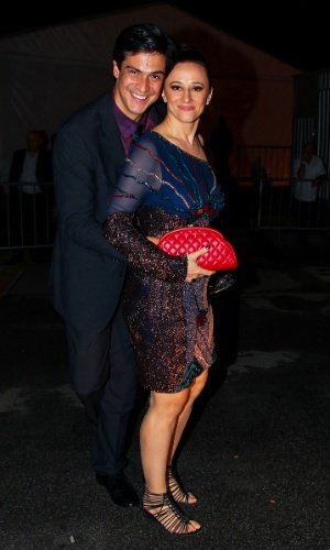 """2.abr.2014 - Mateus Solano e Paula Braun se abraçam ao posar juntos durante a gravação do """"vem_aí"""", da Globo, em São Paulo"""