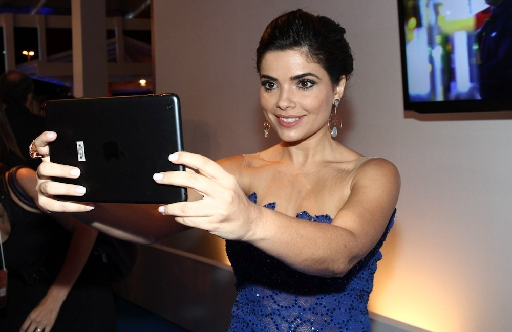 2.abr.2014 - Vanessa Giácomo tira selfie com tablet durante a gravação do