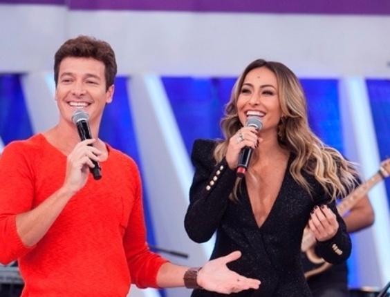 """3.abr.2014 - No """"O Melhor do Brasil"""" que vai ao ar neste domingo (6), Rodrigo Faro cria o """"Sabrina Entrevista"""", talk show comandado por Sabrina Sato"""