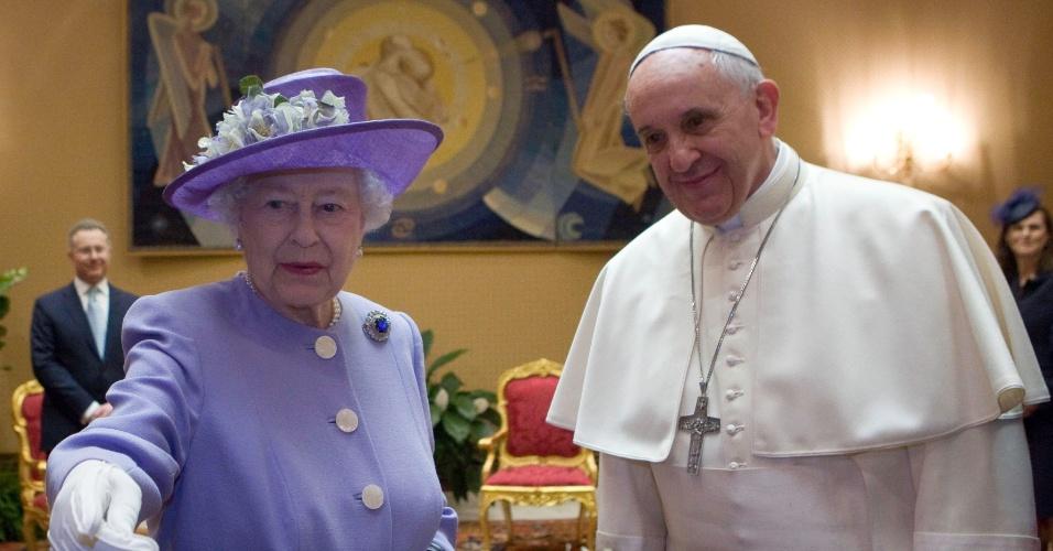 3.abr.2014 - O Papa Francisco se encontrou com a Rainha Elizabeth II
